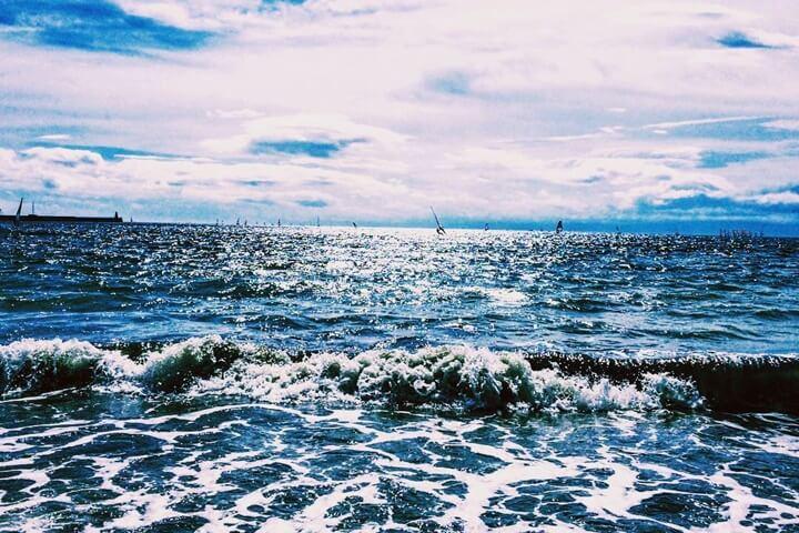 海水浴場波打ち際の風景